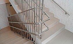 Пример ограждения лестниц в образовательном учреждении