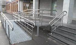 Потокоразделитель на лестнице при входе в супермаркет